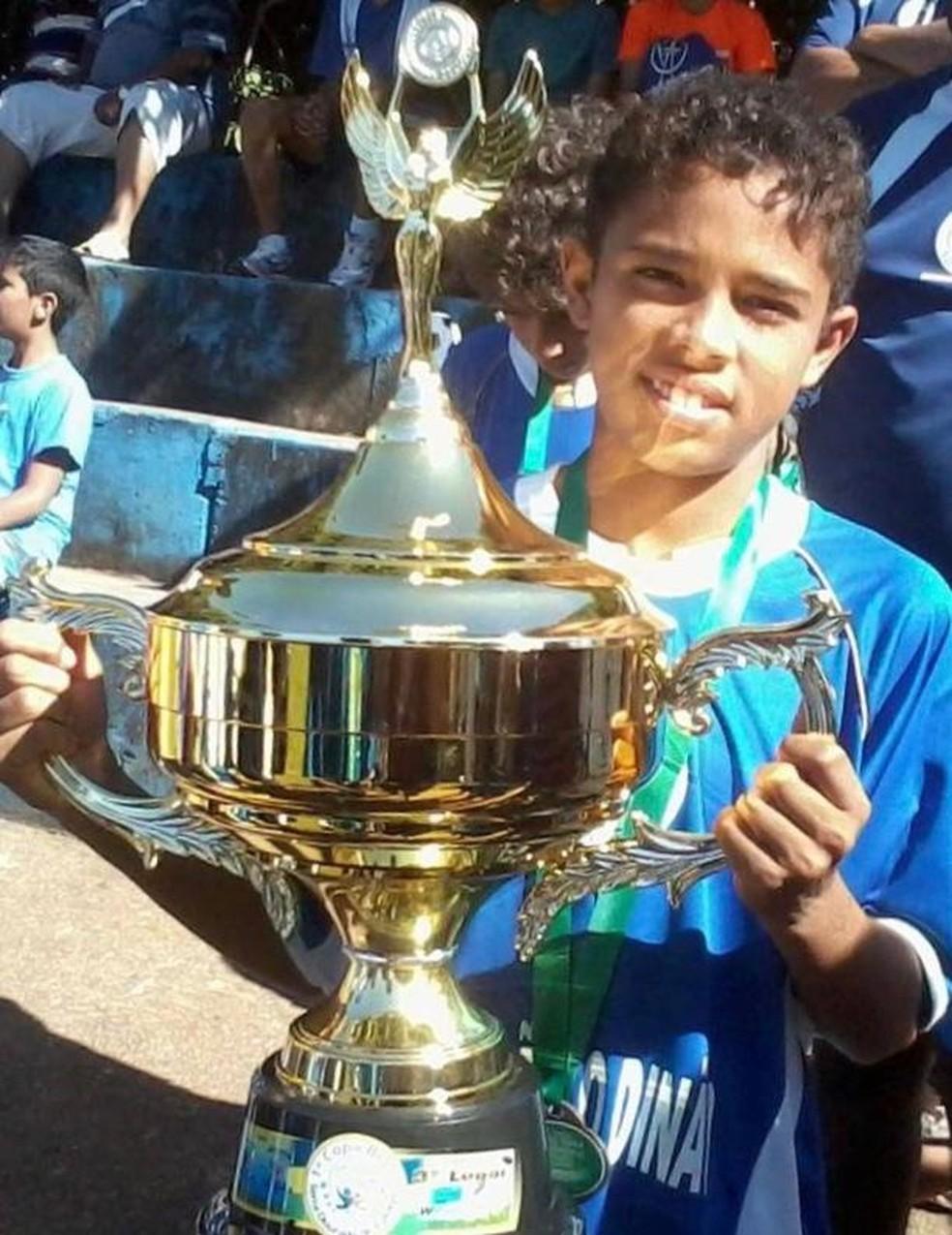 Vanderson ergue troféu em campeonato infantil — Foto: Arquivo pessoal
