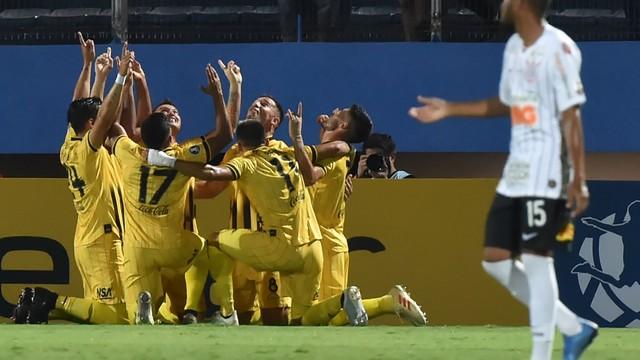Jogadores do Guaraní-PAR comemoram gol de Morel