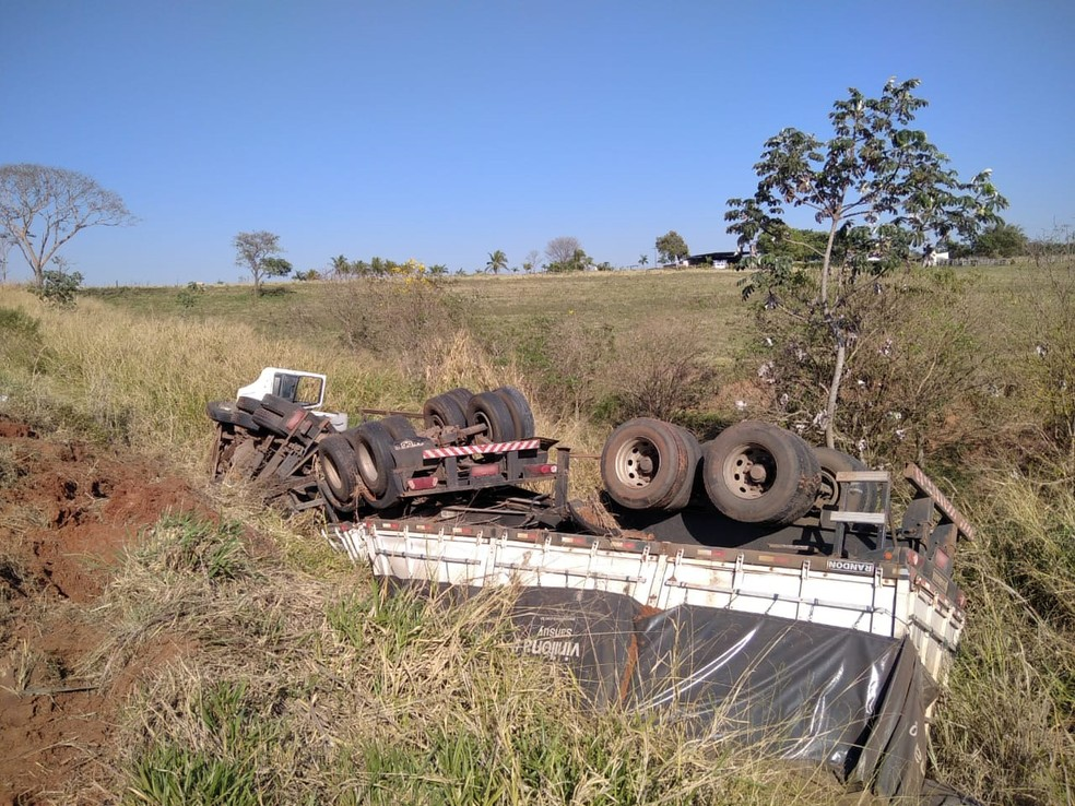 Caminhão tombou em trecho de ribanceira às margens da SP-425, em Parapuã — Foto: Cristiano Nascimento/Metrópole FM