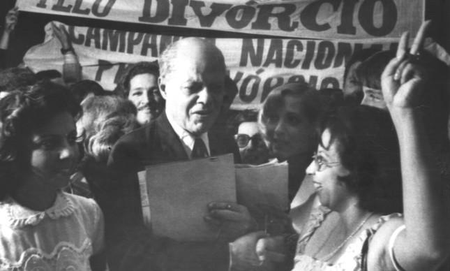 Manifestantes a favor da Lei do Divórcio apoiam senador Nelson Carneiro no Congresso