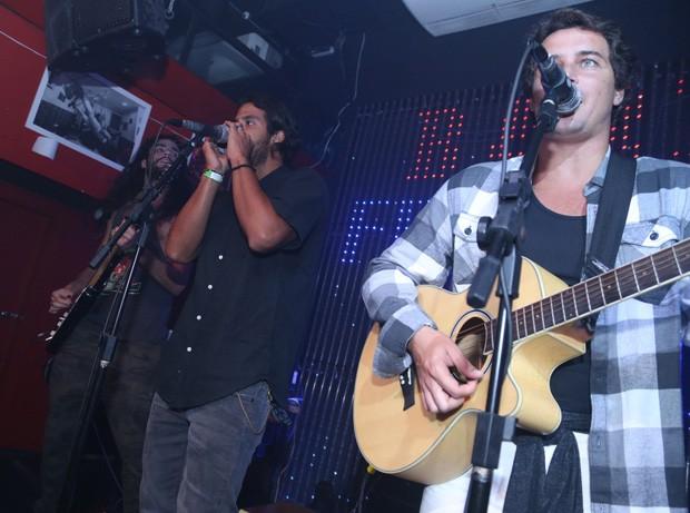 Felipe Dylon e a banda Fuze (Foto: Anderson Borde/AgNews)