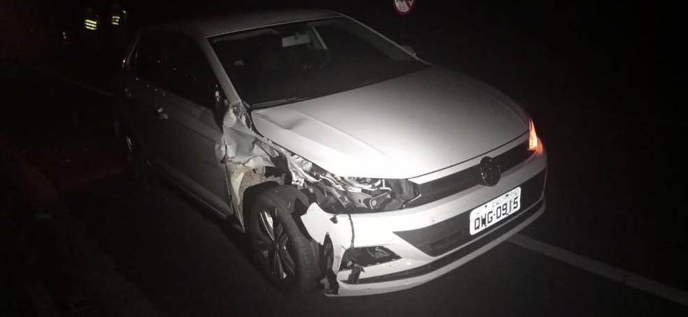 Carro colidiu com moto e teve a dianteira atimgida  — Foto: BPRv