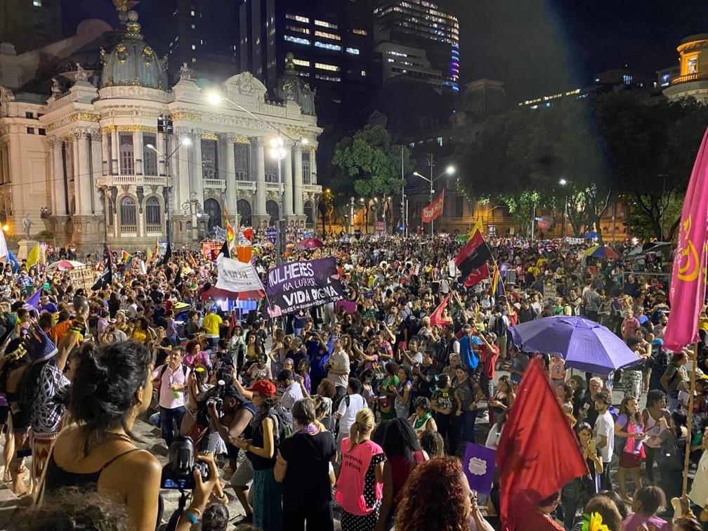 Milhares de mulheres se reúnem no Centro do Rio para manifestação por igualdade de direitos