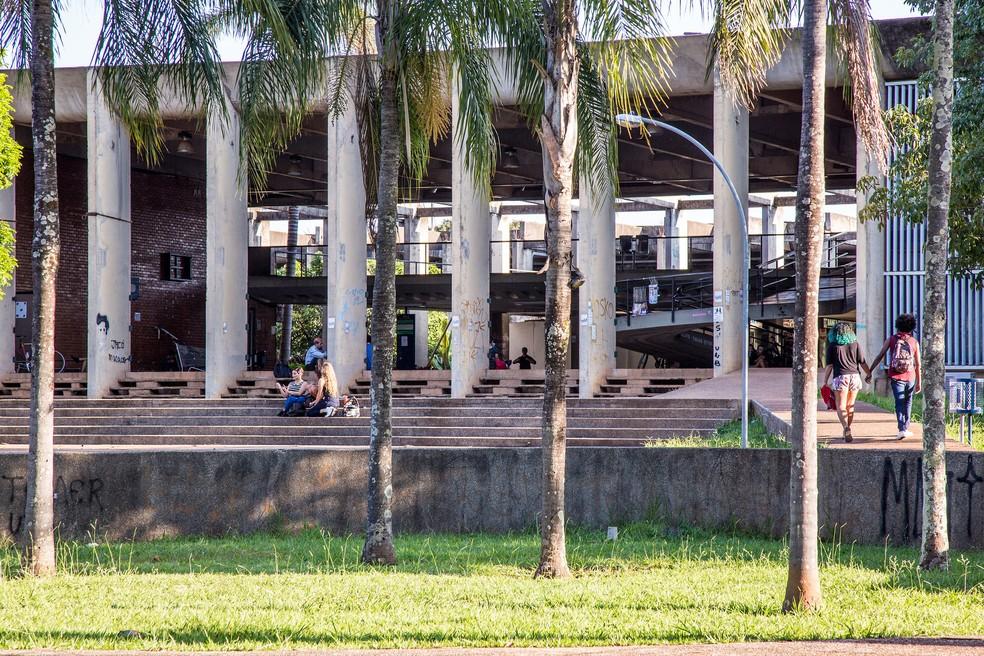 Alunos na entrada do campus Darcy Ribeiro da Universidade de Brasília (UnB) — Foto: Secom/UnB