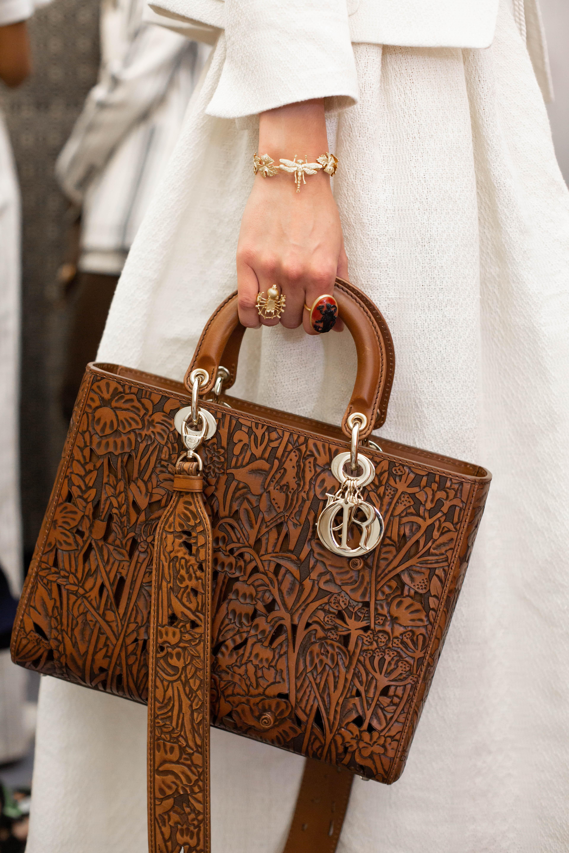 Dior utiliza técnica 'Tooling' para aplicar detalhes delicados no couro (Foto: Divulgação)
