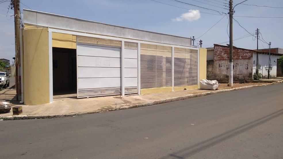 Dois homens foram assassinados e outros dois ficaram feridos na Rua Miguel Leite, no Centro de Várzea Grande. — Foto: Leandro Trindade/TV Centro América