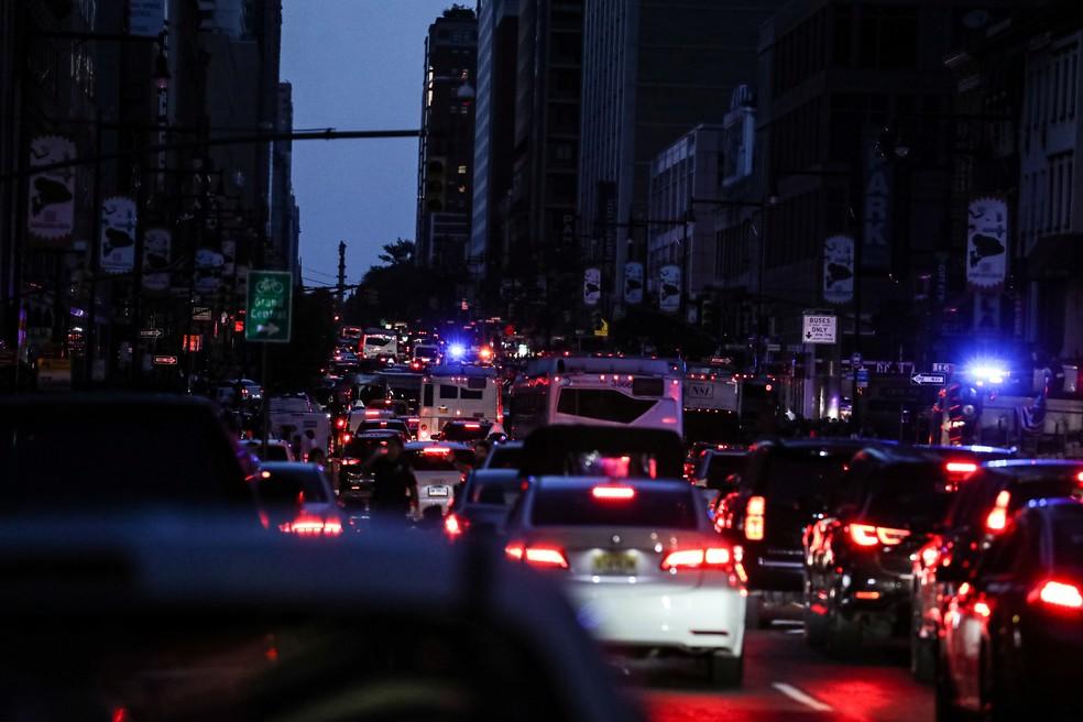 Trânsito em Nova York fica complicado após apagão na noite deste sábado (13) — Foto: Jeenah Moon/Reuters