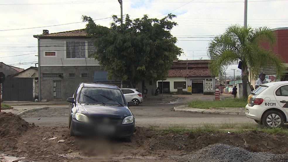 Homem é encontrado morto baleado dentro de carro no bairro Água Quente em Taubaté — Foto: Reprodução/TV Vanguarda