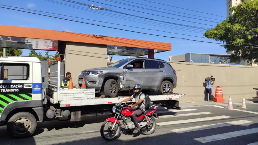Batida entre dois carros deixou o trânsito lento na Avenida Cardeal da Silva — Foto: Vanderson Nascimento/TV Bahia