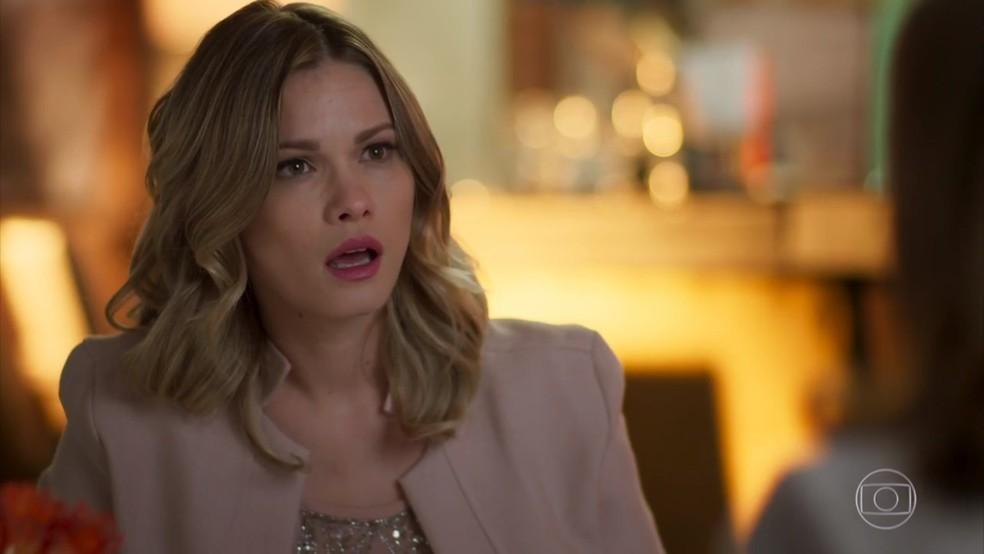 Jéssica (Karen Junqueira) se choca ao saber que Mário (Werner Schünemann) é pai de Shirlei (Sabrina Petraglia) - 'Haja Coração' — Foto: Globo