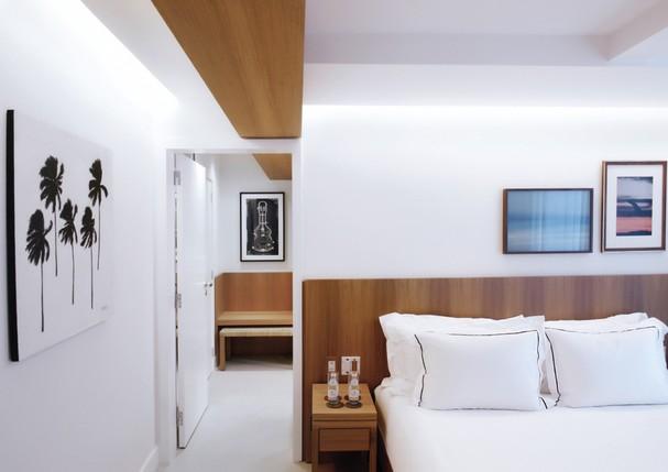 Com decoração em cores claras e materiais naturais, os ambientes são sofisticados, porém descontraídos (Foto: Divulgação)