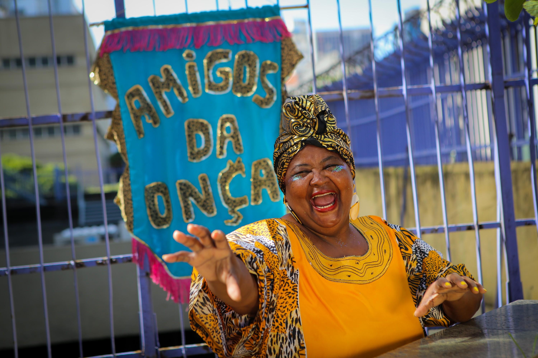 Musa do Amigos da Onça vai estrear como dançarina do bloco aos 67 anos
