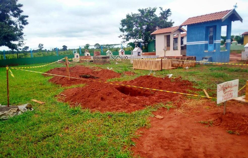 Coveiro encontrou a terra remexida sobre a cova da mulher no cemitério de Dois Irmãos do Buriti, e ao verificar, constatou que o caixão estava vazio. — Foto: Osvaldo Nóbrega/TV Morena