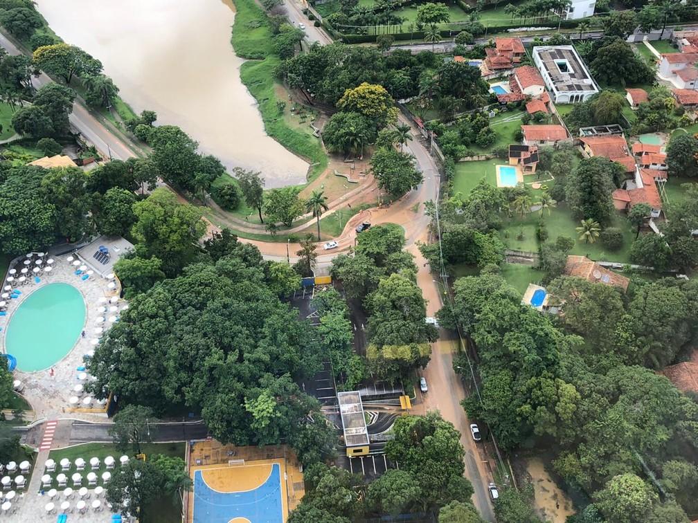 Alagamento ainda é visto em BH, na manhã deste sábado (4), perto da Lagoa da Pampulha.  — Foto: Danilo Girundi/TV Globo
