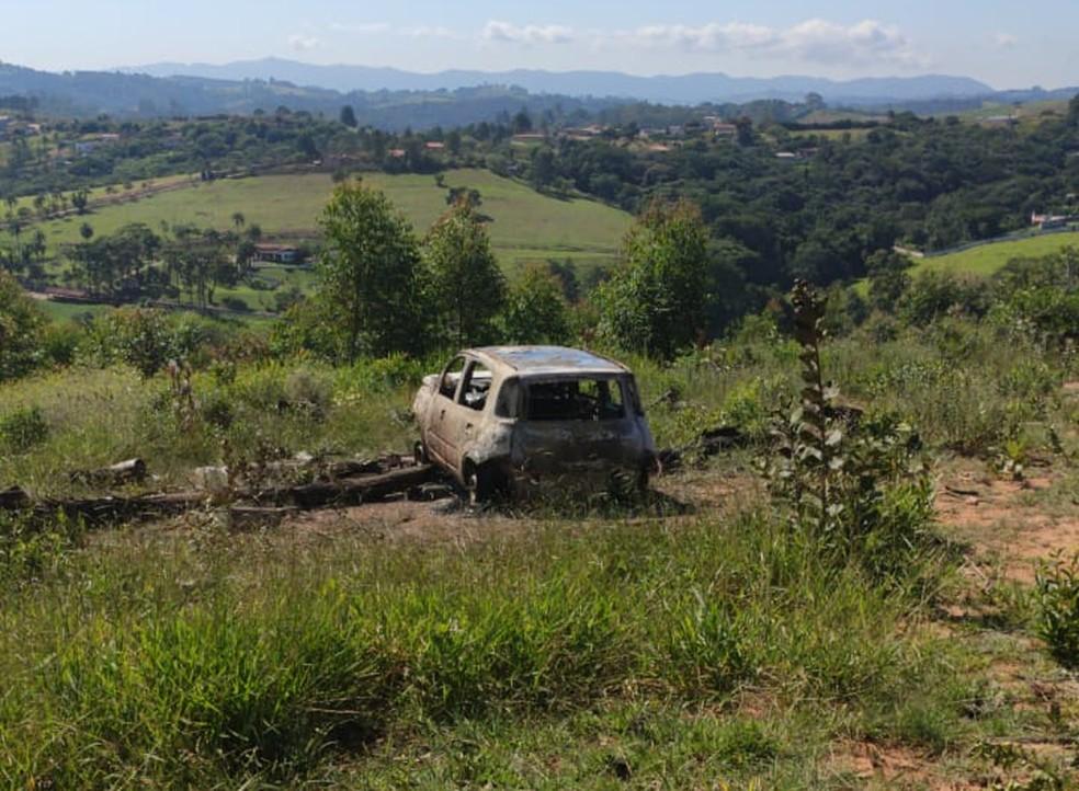 Carro foi encontrado carbonizado com três corpos dentro em Jarinu — Foto: Arquivo Pessoal