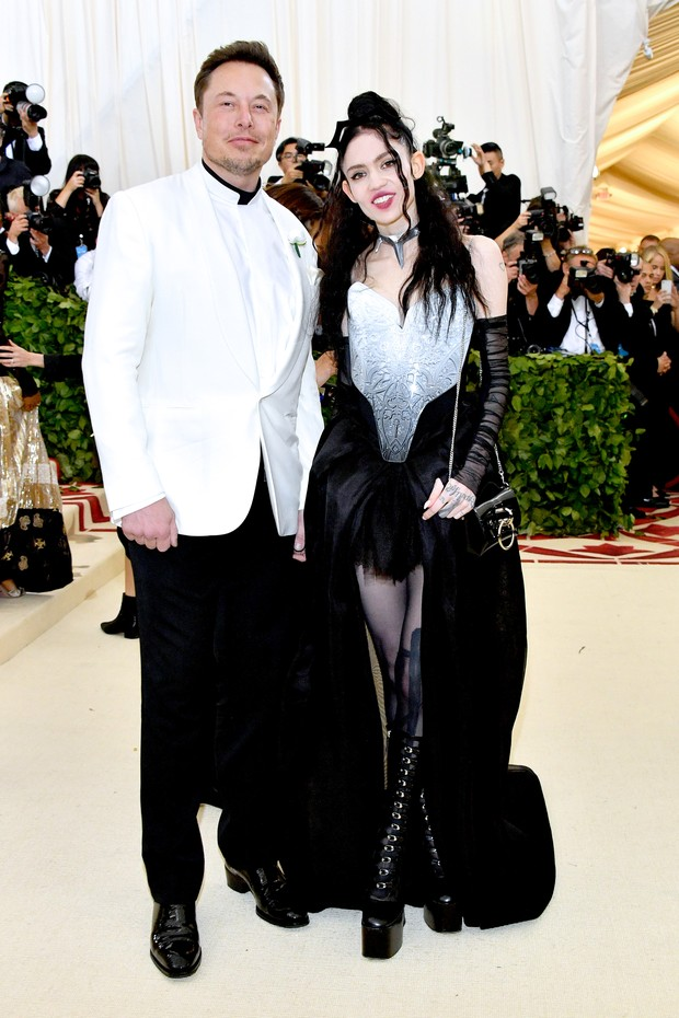 NEW YORK, NY - MAY 07:  Elon Musk and Grimes attend the Heavenly Bodies: Fashion & The Catholic Imagination Costume Institute Gala at The Metropolitan Museum of Art on May 7, 2018 in New York City.  (Photo by Dia Dipasupil/WireImage) (Foto: WireImage)