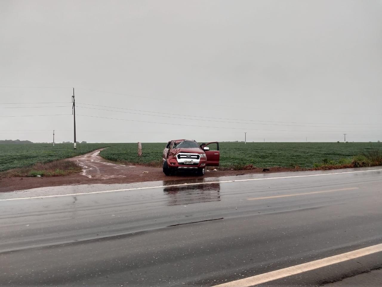 Mulher fica presa às ferragens após caminhonete capotar durante chuva  na BR-153