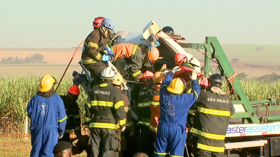 Bombeiros retiram motorista em acidente entre caminhões na Rodovia Anhanguera em Jardinópolis, SP (Foto: Paulo Souza/EPTV)