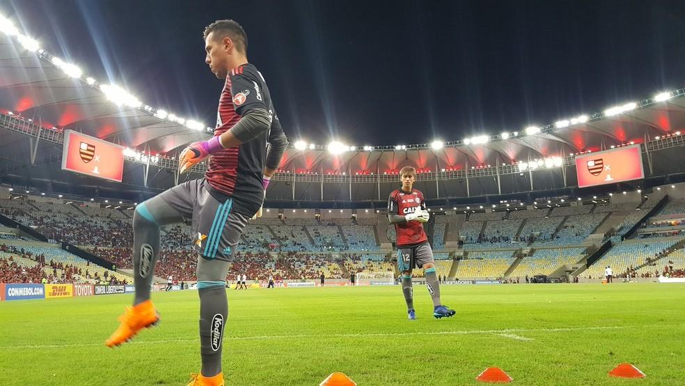 Diego Alves e César durante aquecimento no Maracanã. Jovem ganhou a posição — Foto: Reprodução/Twitter