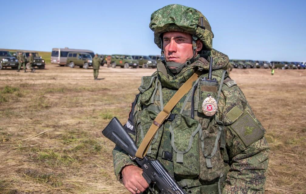 -  Soldado russo patrulha área durante os exercícios militares da Rússia chamados de Vostok-2018, nesta terça-feira  11  na região de Chita  Foto: Russi
