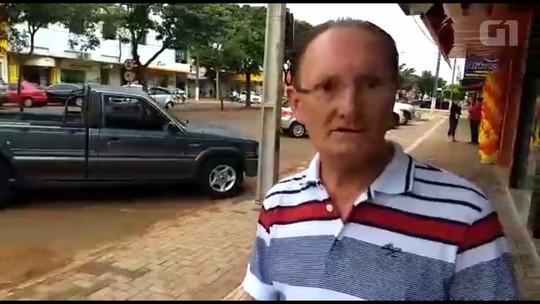 Com medo de roubo, comerciante acorrenta caminhonete em postes