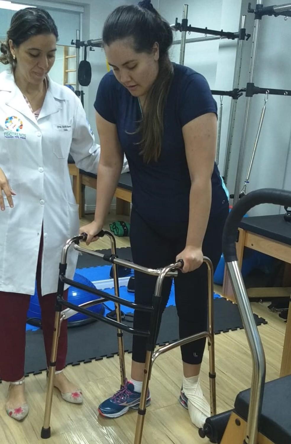 Karina Castellanos, de 25 anos, fazendo exercícios com a fisioterapeuta Queila Gouveia — Foto: Arquivo Pessoal