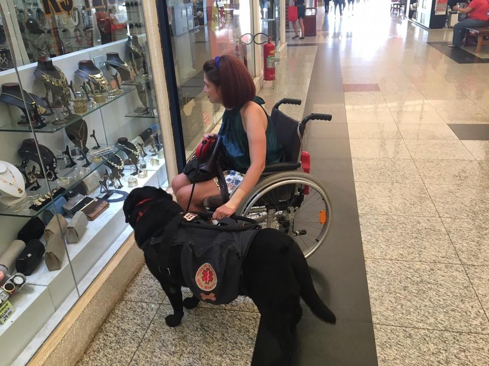 Luara acompanha a bióloga durante passeios em shopping e restaurantes — Foto: Paola Patriarca/G1