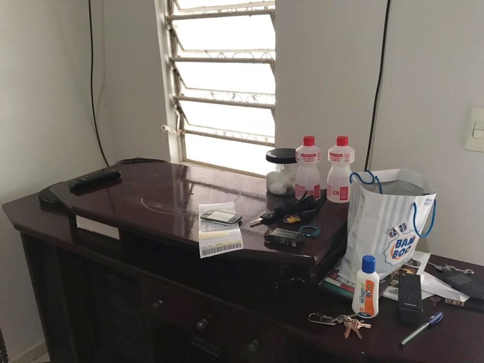 Da casa das vítimas, ladrões levaram TVs, notebook, alianças, celulares e até uma sandália (Foto: Kleber Teixeira/Inter TV Cabugi)