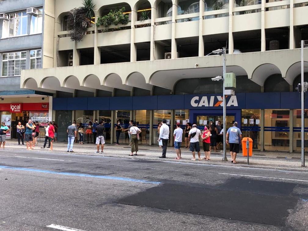 Agência da Caixa Econômica em Copacabana com fila do lado de fora nesta segunda (27) — Foto: Henrique Coelho/G1