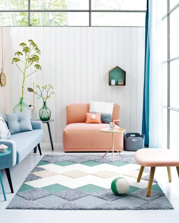 Sofá colorido na sala de estar: 7 maneiras de apostar na peça (Foto: Divulgação)