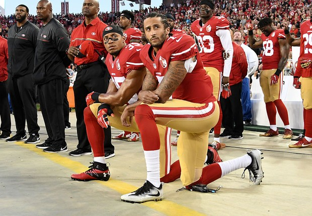 SANTA CLARA, CA - SEPTEMBER 12: Colin Kaepernick #7 and Eric Reid #35 of the San Francisco 49ers kneel in protest during the national anthem prior to playing the Los Angeles Rams in their NFL game at Levi's Stadium on September 12, 2016 in Santa Clara, Ca (Foto: Thearon W. Henderson/Getty Images)