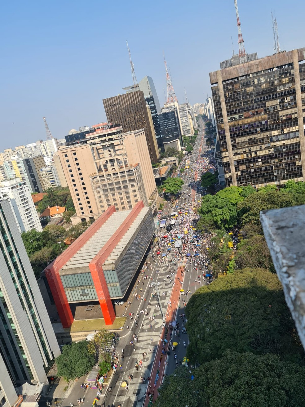 Foto aérea mostra manifestação na Av Paulista às 15h15 — Foto: Rosana Cerqueira/GloboNews