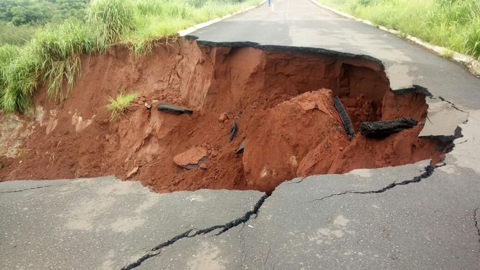 Asfalto cedeu e abriu cratera na MS-475, em Novo Horizonte do Sul (MS), que está interditada (Foto: Prefeitura de Novo Horizonte do Sul/ Divulgação)