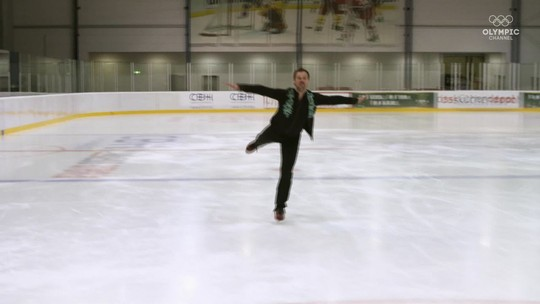 Desafio sobre patins: jogador de hóquei e patinadora artística encaram troca de esportes