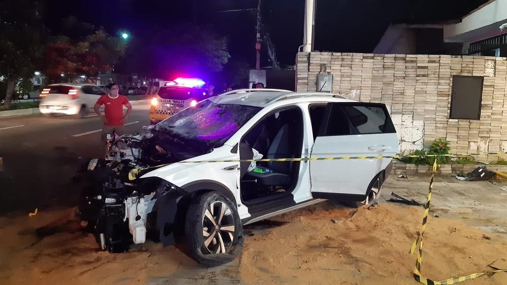 Carro ficou destruído após atingir lojas e muro na avenida Prudente de Morais. Motorista e passageira foram socorridos. — Foto: Sérgio Henrique Santos/ Inter TV Cabugi