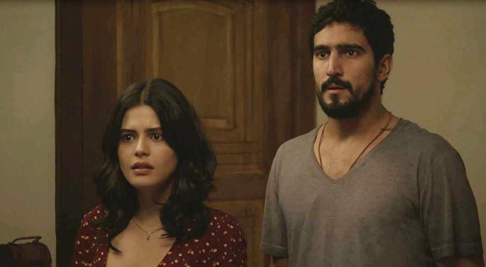 Laila (Julia Dalavia) e Jamil (Renato Góes) descobrem prova contra Dalila (Alice Wegmann) em 'Órfãos da Terra' — Foto: Globo