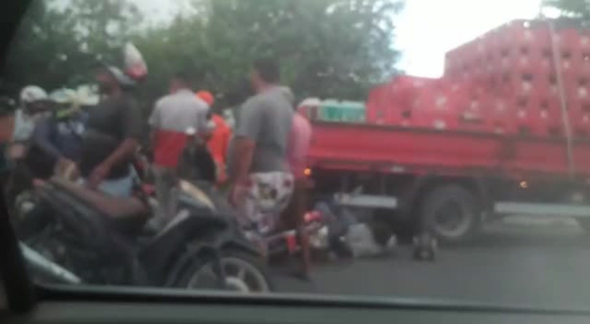 VÍDEO: Motociclista fica ferido em acidente com caminhão de cerveja na Durval de Góes, em Maceió