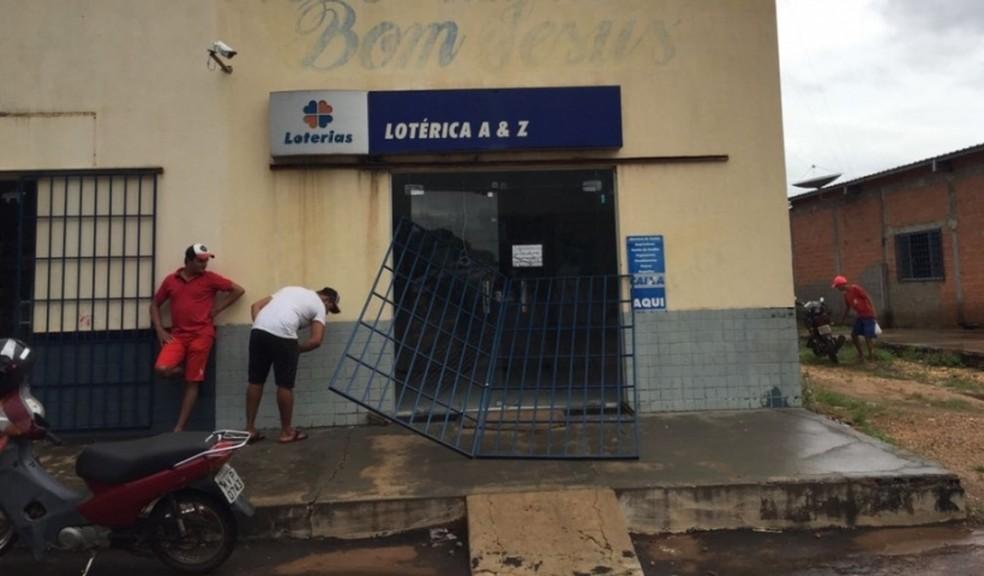 Casa lotérica teve porta arrombada (Foto: Portal CNN/Divulgação)