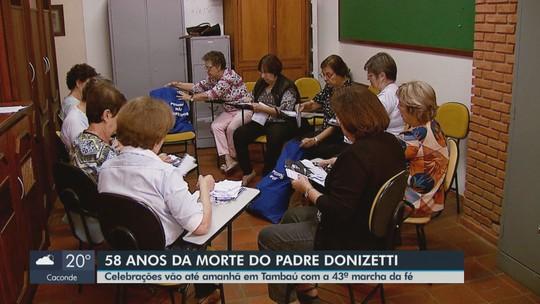 Mulheres recebem e organizam mais de 8 mil relatos de milagres de Padre Donizetti em Tambaú