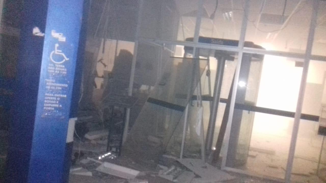 Criminosos explodem caixas eletrônicos dentro de agência bancária, em Bonito