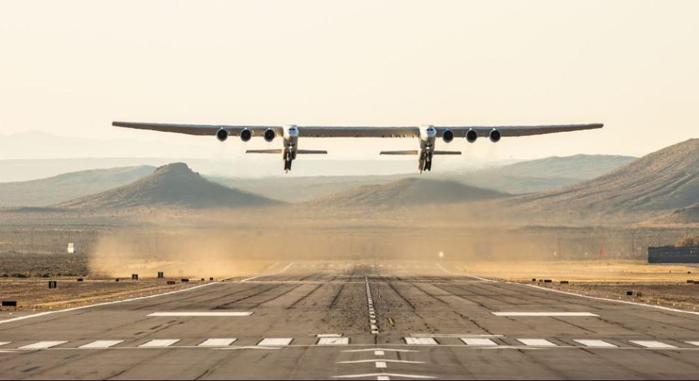 Stratolaunch, o maior avião do mundo, tem duas máquinas gêmeas, sustentadas por seis motores a jato — Foto: Stratolaunch / Divulgação