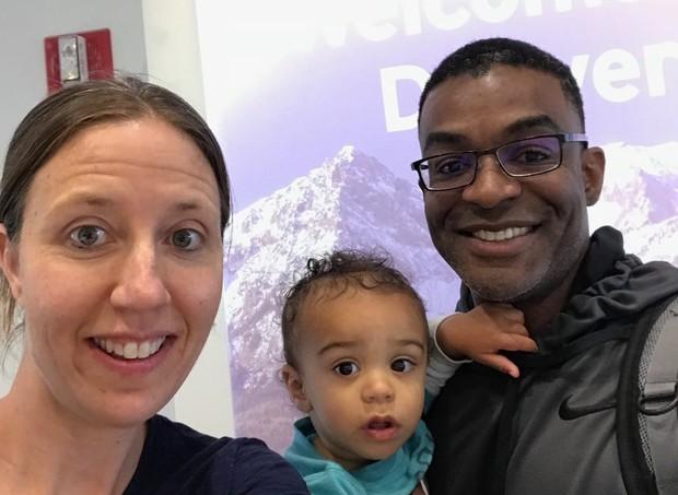 A funcionária da companhia aérea pediu que a mãe mostrasse fotos do Facebook para provar que era mãe do bebê (Foto: Reprodução/ Twitter)