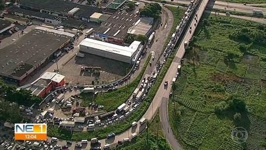 Obras na BR-101 e aumento no fluxo de veículos complicam trânsito na saída para feriadão