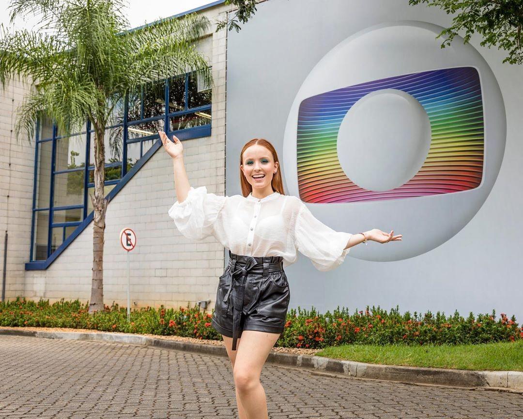 Larissa Manoela celebrou contrato com a Rede Globo com foto em frente aos estúdios (Foto: Reprodução/Instagram)