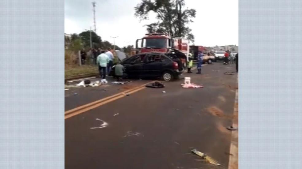 Uma mulher morreu e quatro pessoas ficaram feridas após carro capotar na Rodovia Brigadeiro Faria Lima, em Barretos (SP) — Foto: Reprodução/EPTV