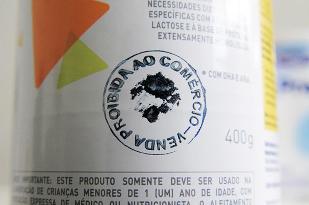 Latas tem carimbo de proibindo a venda  — Foto: Secretaria de Saúde/Divulgação