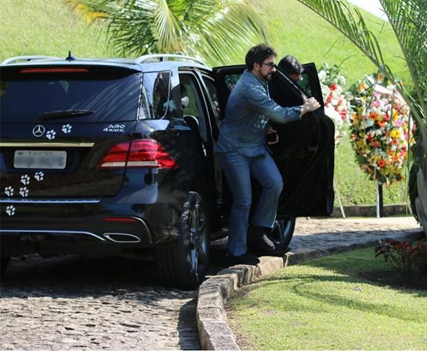 Padre Fábio de Melo chega ao velório de Alda Meneghel (Foto: Daniel Pinheiro/AgNews)