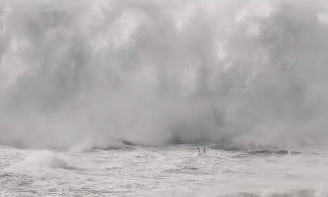 Thiago Jacaré mergulha antes de ser atingido por onda gigante em Nazaré