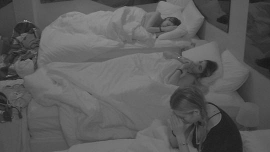 Paula, Isabella e Hariany rezam em silêncio no Quarto Diamante