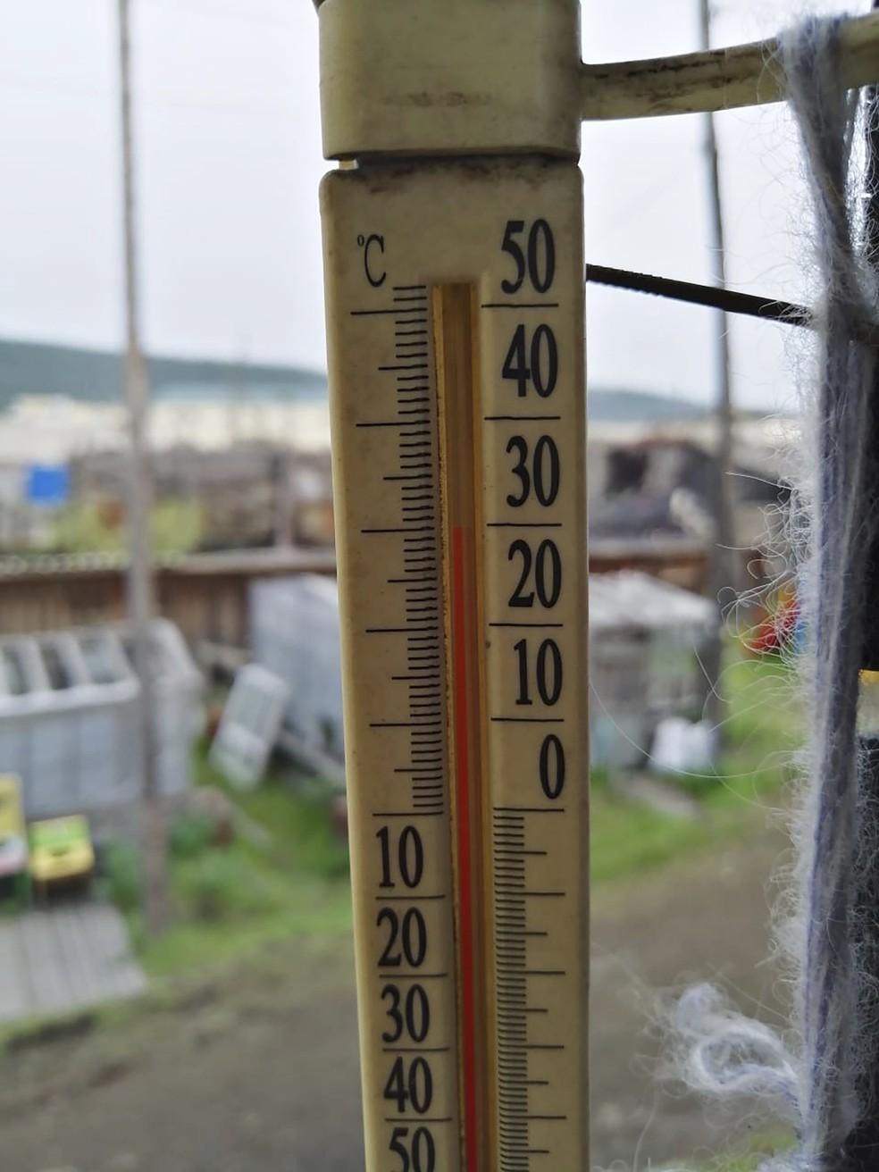 Termômetro em Verkhoyansk, na Rússia, marca mais de 30°C neste domingo (21), temperatura pouco usual mesmo no verão russo — Foto: Olga Burtseva via AP